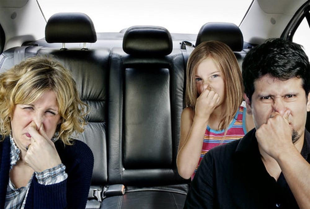 mùi trên xe hơi gây khó chịu